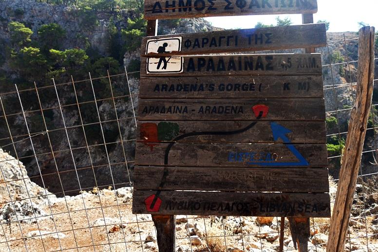 Wandern auf Kreta: Hinweis Schild zur Wanderung in der Aradena Schlucht