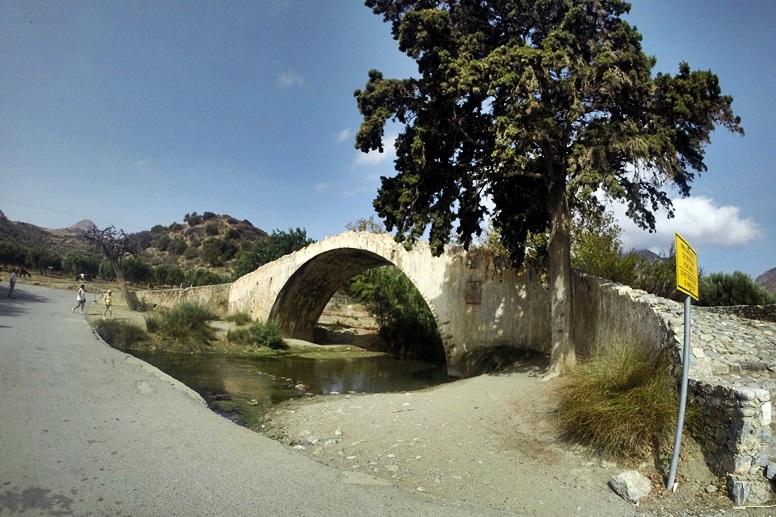 Wandern auf Kreta: Bogenbrücke an der die Wanderung zum Preveli Strand beginnt