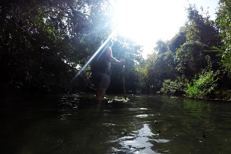 Wandern auf Kreta: Zu Fuß im Fluss unterwegs in Richtung Preveli Strand