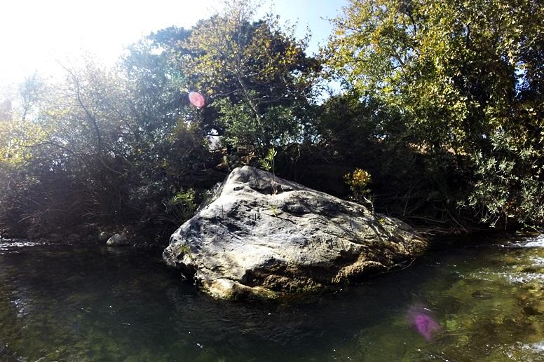 Wandern auf Kreta: Großer Stein im Fluss auf dem Weg zum Preveli Strand