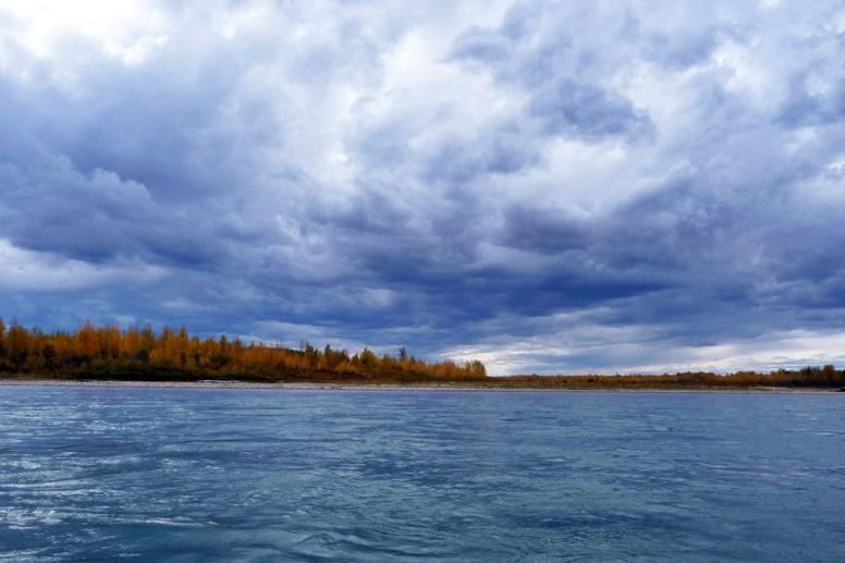 Eine große Sturmwolke zieht auf über dem Saskatchewan River
