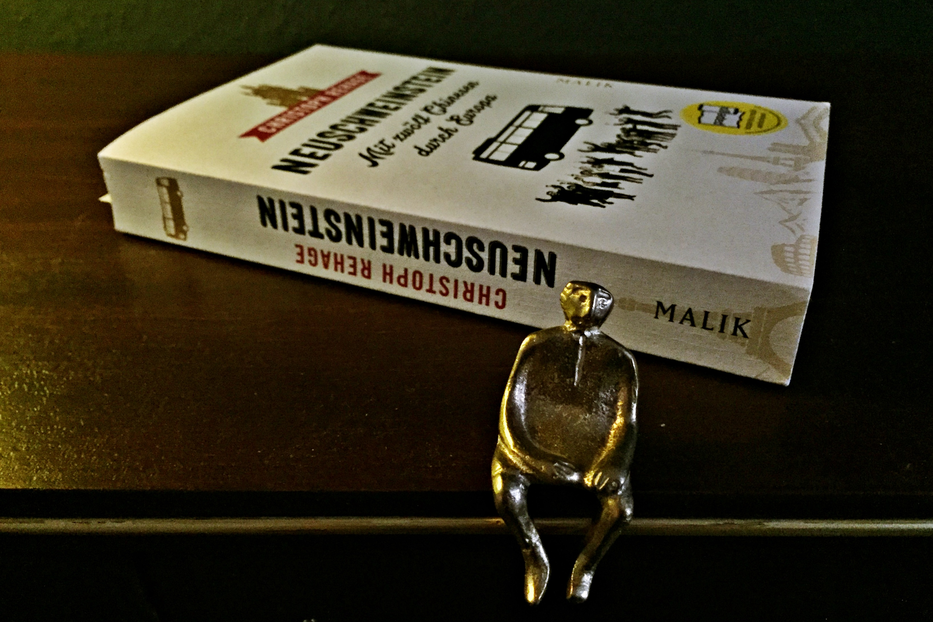 """Titelbild zum Buch """"Neuschweinstein - mit zwölf Chinesen durch Europa"""""""