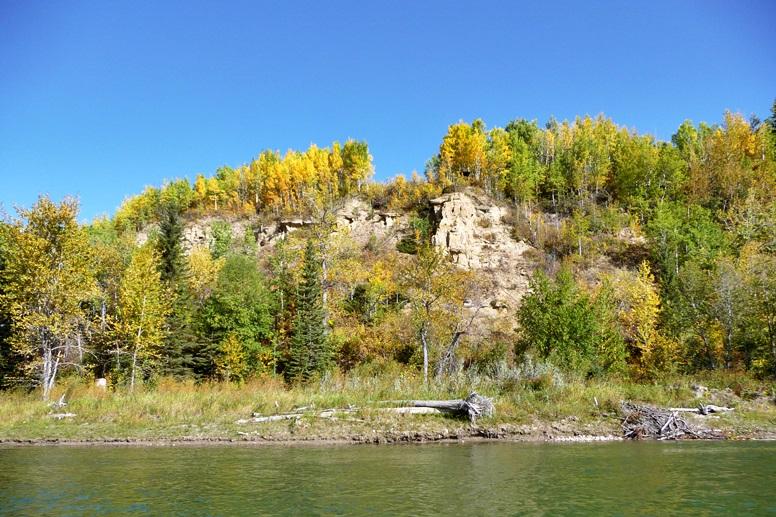 paddeln-auf-dem-saskatchewan-river-eine-steilwand