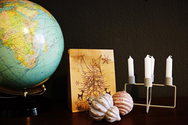 Globus und weihnachtliche Tüte passend zum Thema Weihnachtsgeschenke für Weltenbummler
