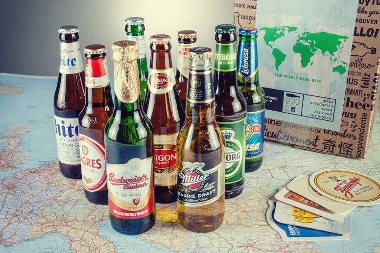 Auswahl verschiedener Biersorten von überall auf der Welt als Idee für Weihnachtsgeschenke für Weltenbummler