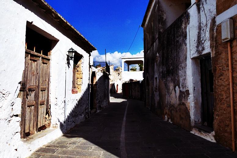 Gasse in einem kleinen Bergdorf am Fuße des Psiloritis auf Kreta