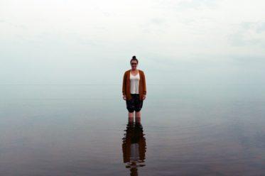 Lynn steht im spiegelglatten Peipus See