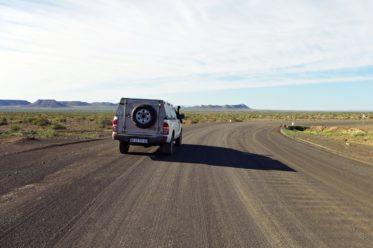 Gravel Road in Namibia mit Auto auf dem Weg zum Fishriver Canyon