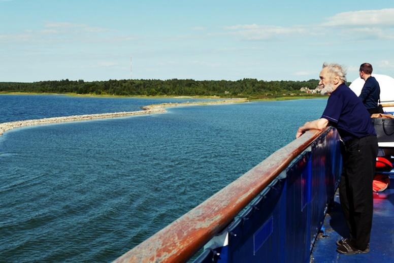 Älterer Herr auf der Rehling einer Fähre in Estland