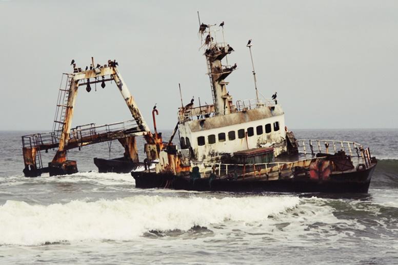 Gestrandetes Schiff an der Atlantikküste Namibias