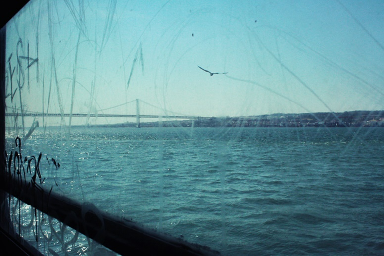Blick aus dem Fenster einer Fähre in Lissabon