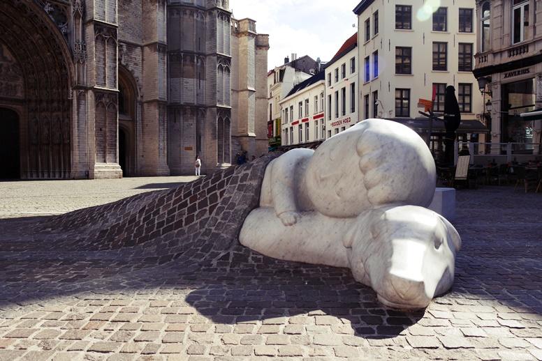Kunstwerk vor der Kathedrale in Antwerpen