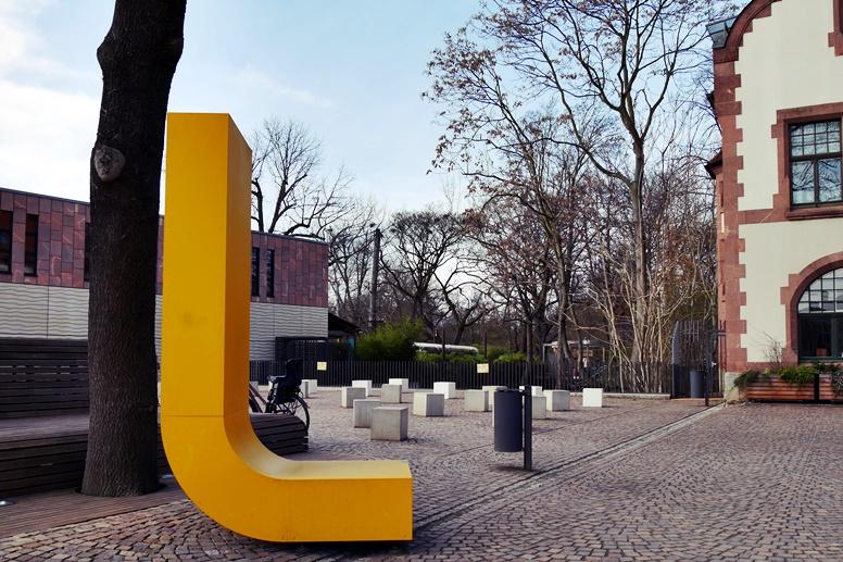 Gelbes L am Leipziger Zoo