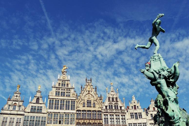 Rathausplatz mit vielen prunkvollen Häusern in Antwerpen