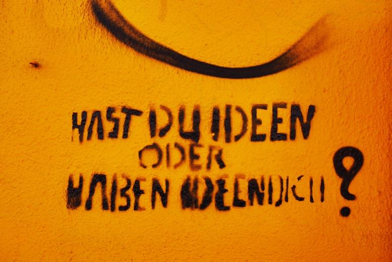 Streetart auf gelber Wand in Leipzig