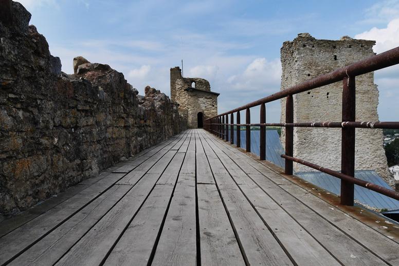 Weg in der Burg Rakvere in Estland