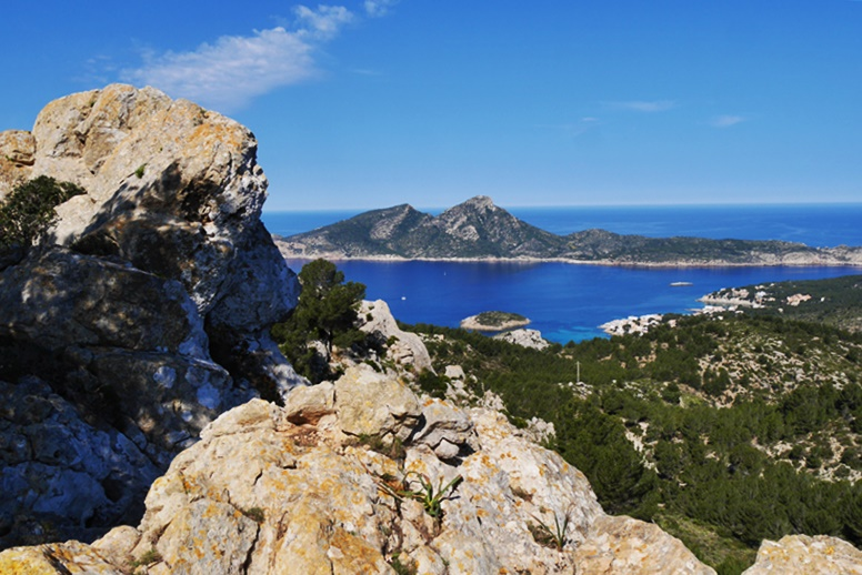 Blick auf die St.Elm vorgelagerte Insel Sa Dragonera vom GR221 aus