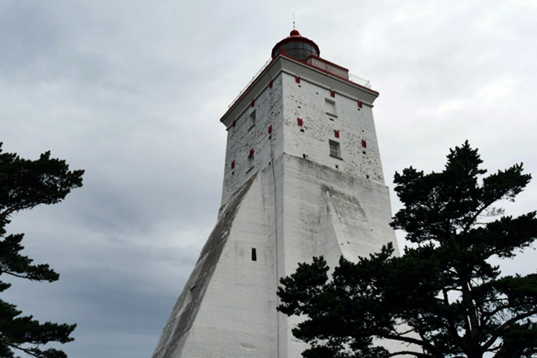 Großer weißer Leuchtturm auf Hiiumaa in Estland