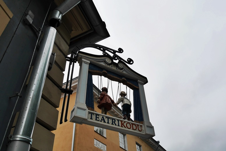 Theaterschild in der Studentenstadt Tartu
