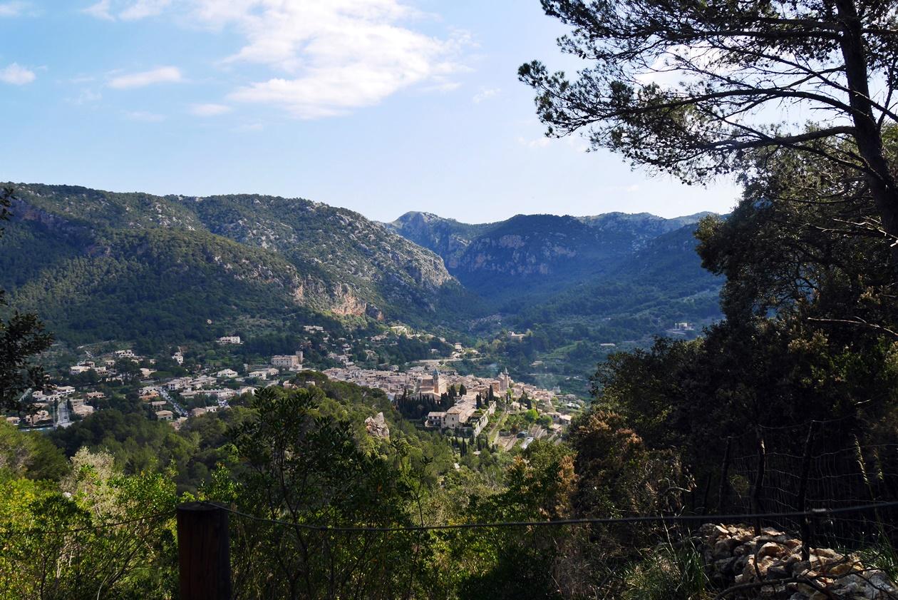 Blick auf Valldemossa auf der 4.Etappe des GR221