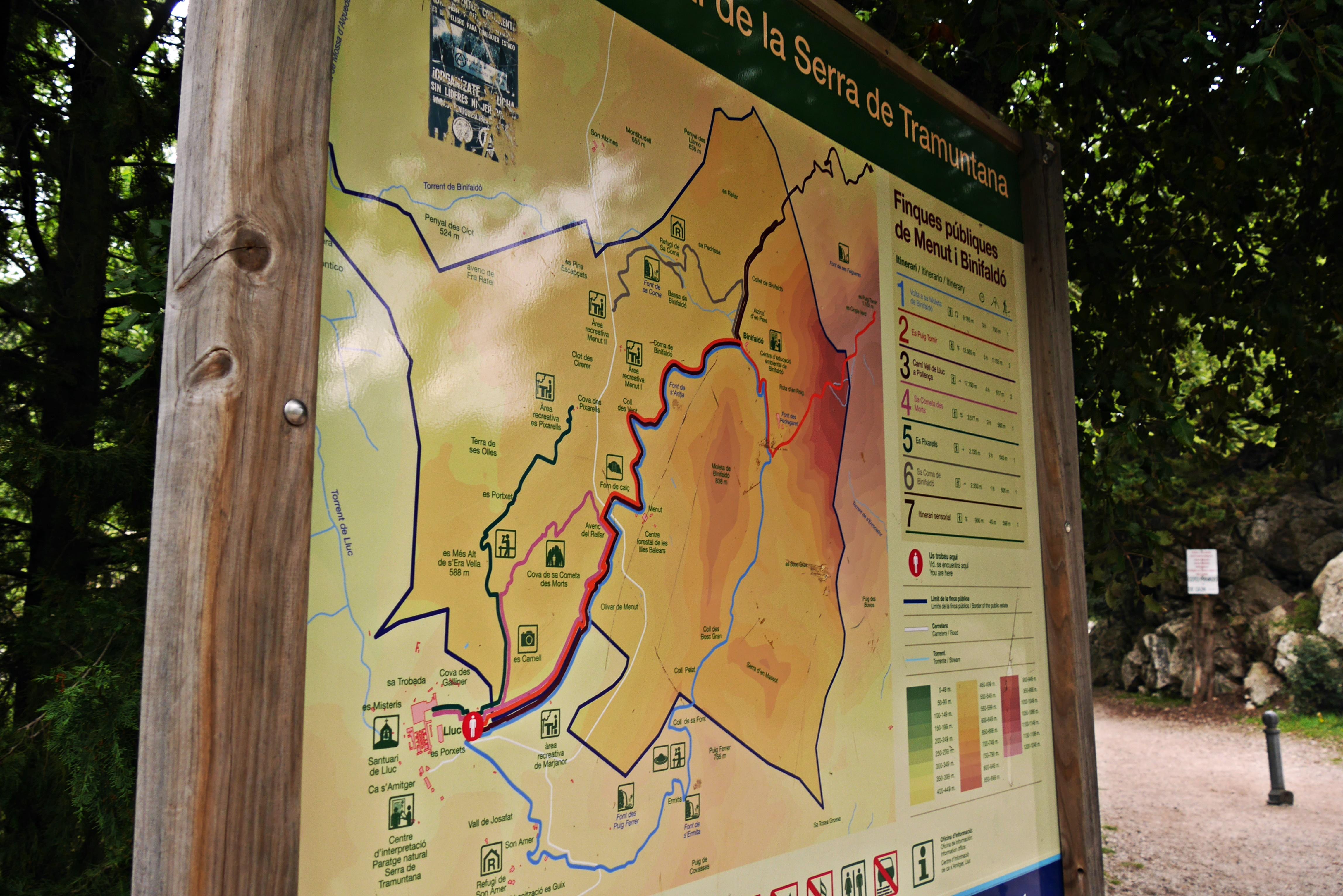 Schild mit Karte auf dem GR221 auf Mallorca