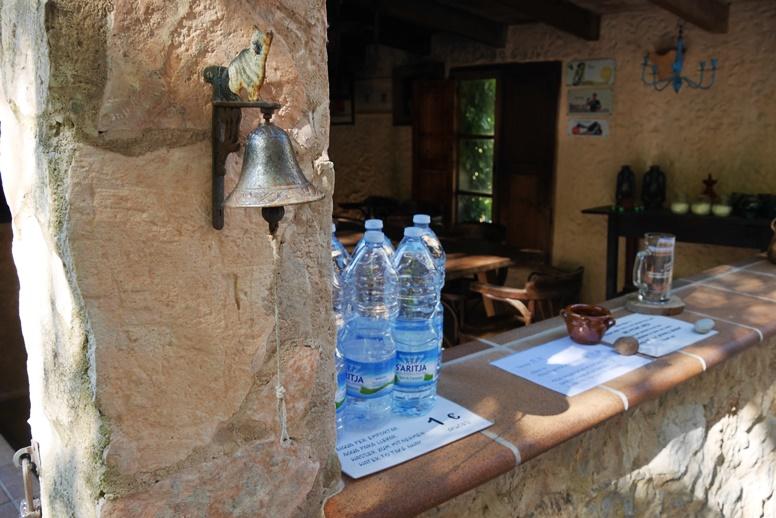 Wasserflaschen auf der 2.Etappe des GR221