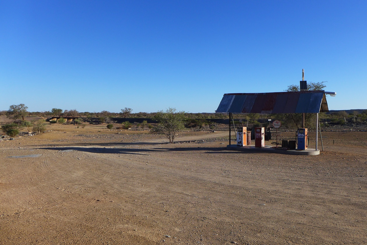 Tankstelle im Nirgendwo auf einer Gruppenreise vs. Individualreise in Namibia
