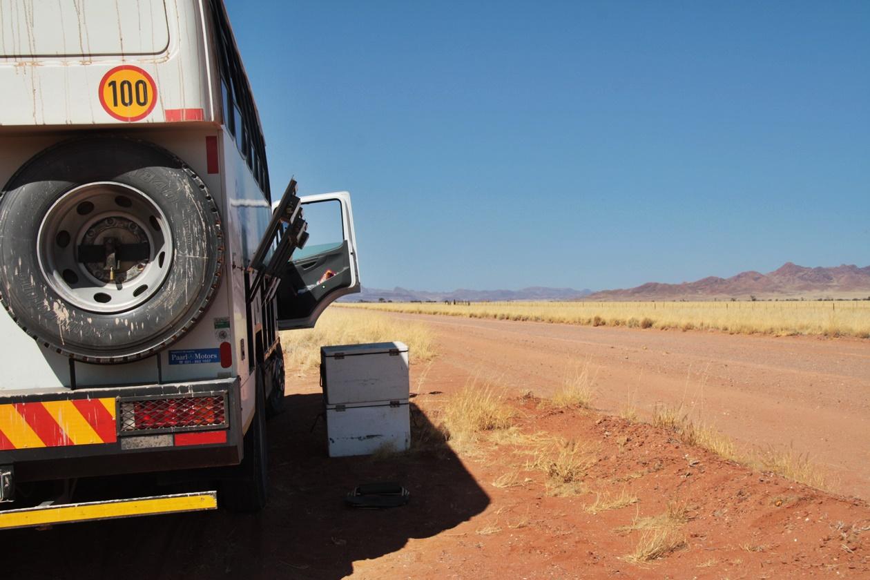 Stopp am Straßenrand in der Namib auf einer Gruppenreise vs. Individualreise in Namibia