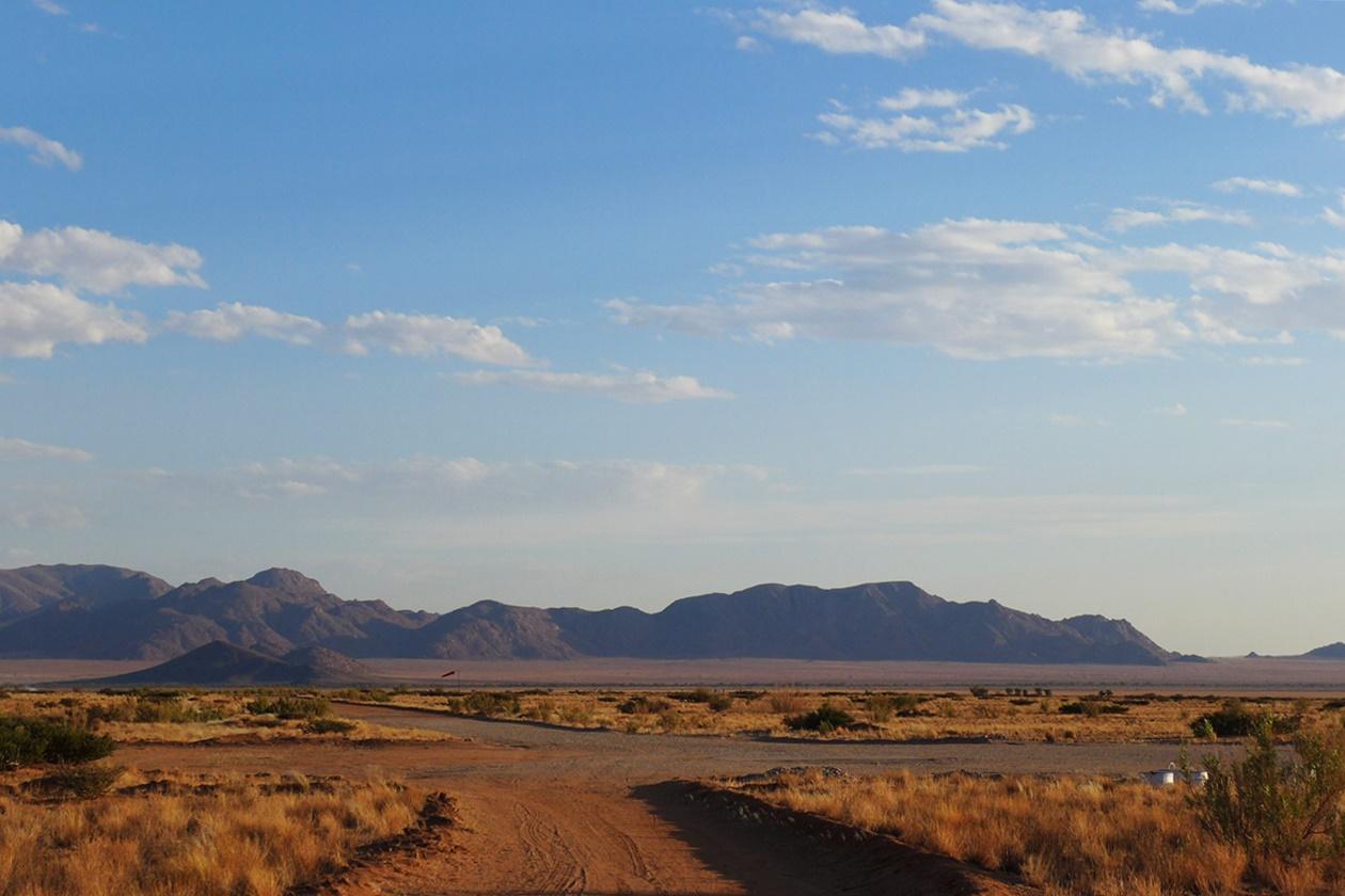 Leere Straßen in Solitaire auf einer Gruppenreise vs. Individualreise in Namibia