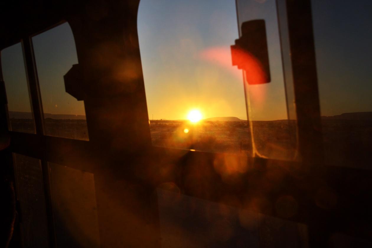 Sonnenaufgang im Bus auf einer Gruppenreise vs. Individualreise in Namibia