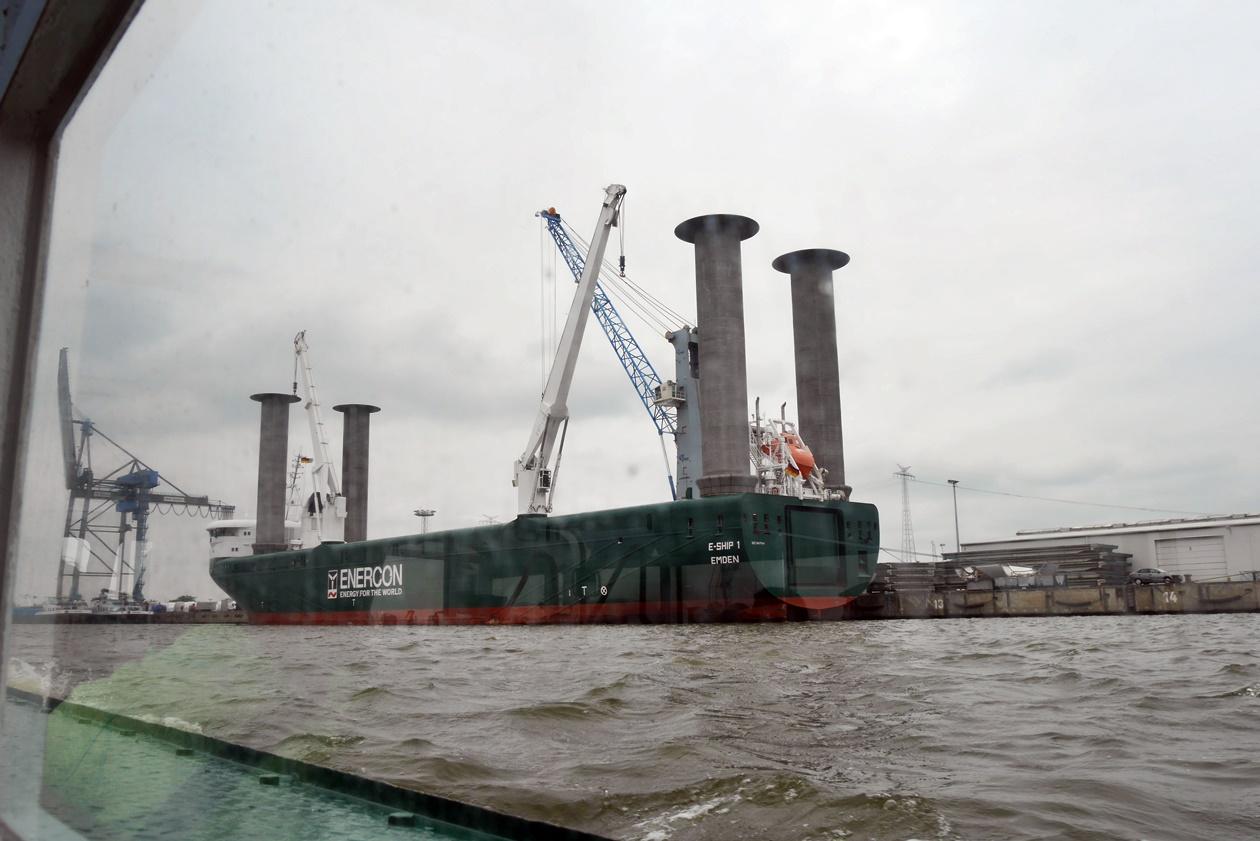 Schiff auf der Hafenrundfahrt in Emden beim Urlaub mit Oma