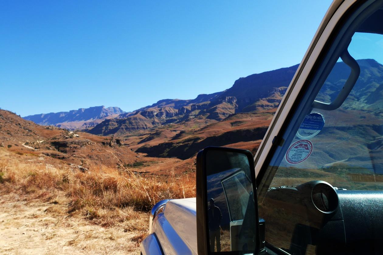 Blick über das Auto von Sani Pass Tours auf den Sani Pass