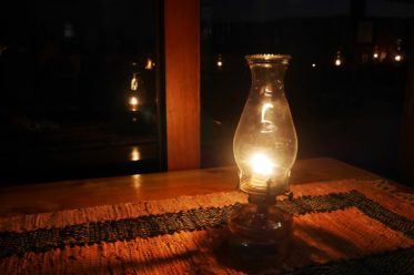 Tagebuch schreiben im Schein der Petroleumlampe