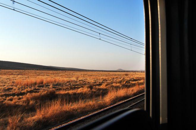 Blick aus dem Zugfenster des Shosholza Meyl durch Südafrika