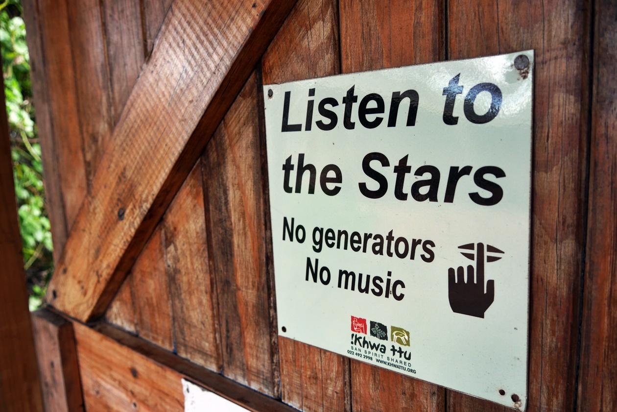Schild im Bush Camp bei !Khwa ttu auf unserem Wochenendausflug von Kapstadt