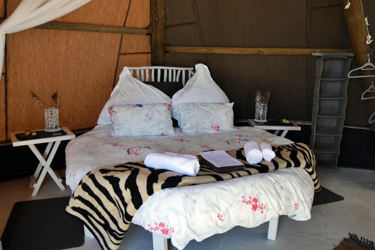 Bett im Wigwam Zelt im Farr Out Guesthouse in Paternoster bei unserem Wochenendausflug von Kapstadt