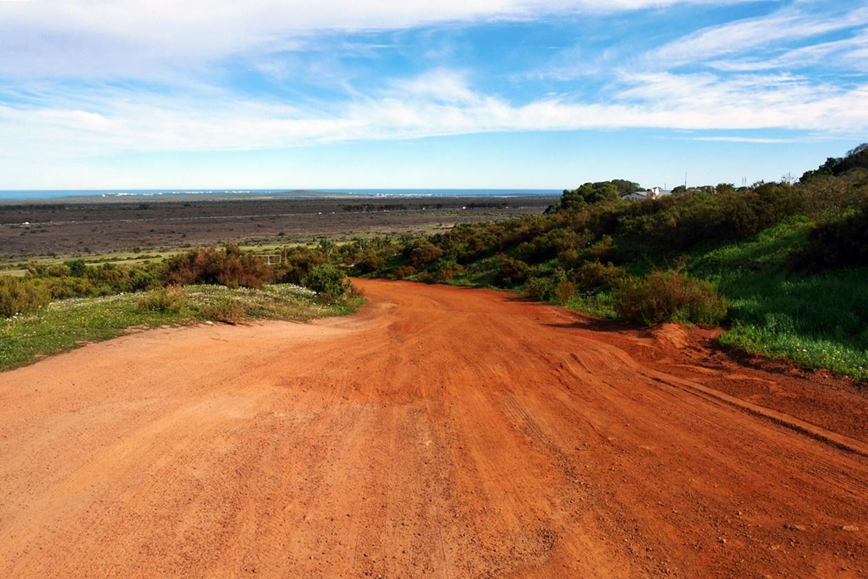 Piste aus rotem Sand auf dem Gelände von !Khwa ttu auf unserem Wochenendausflug von Kapstadt