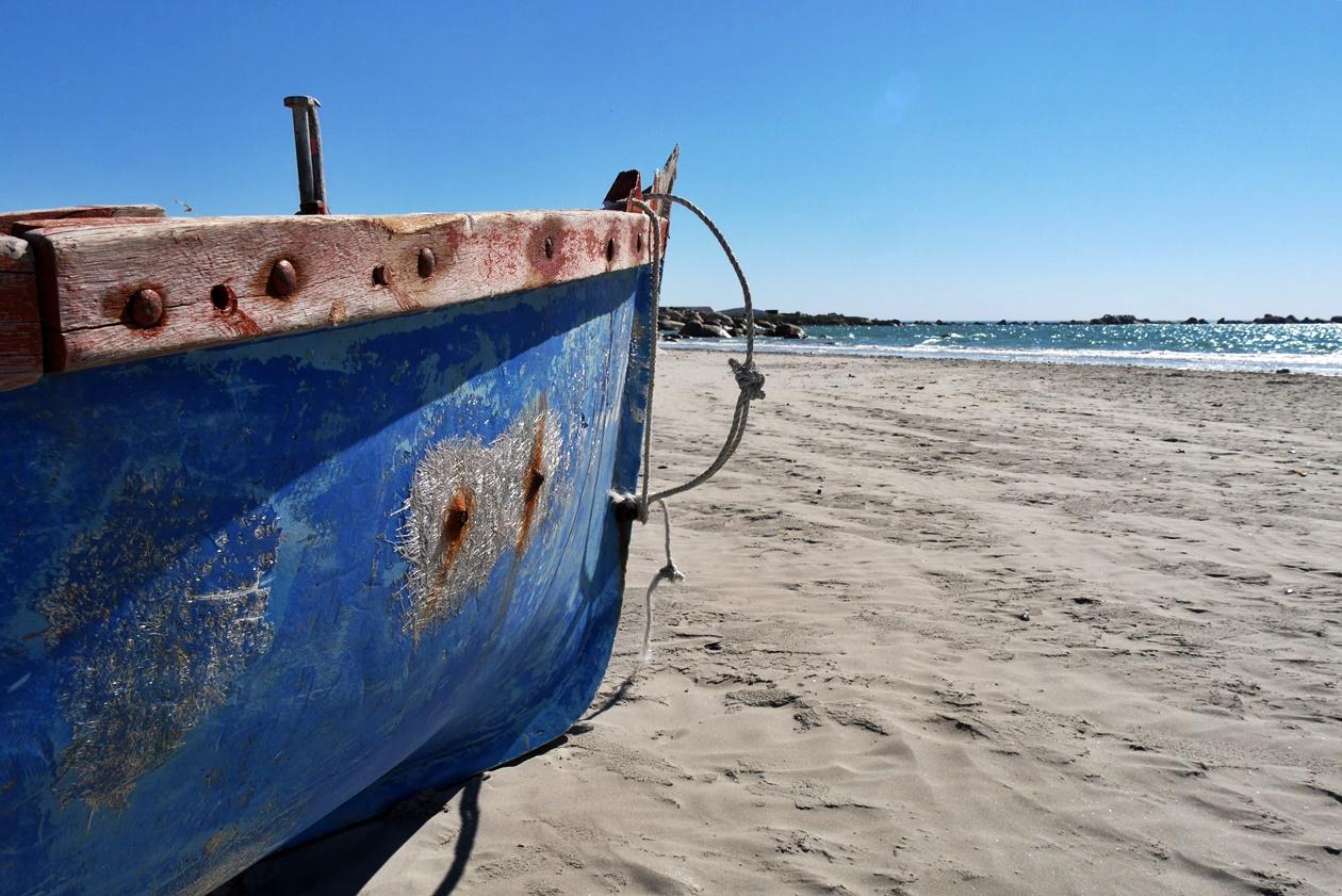 Blaues Fischerboot am Strand von Paternoster auf unserem Wochenendausflug von Kapstadt