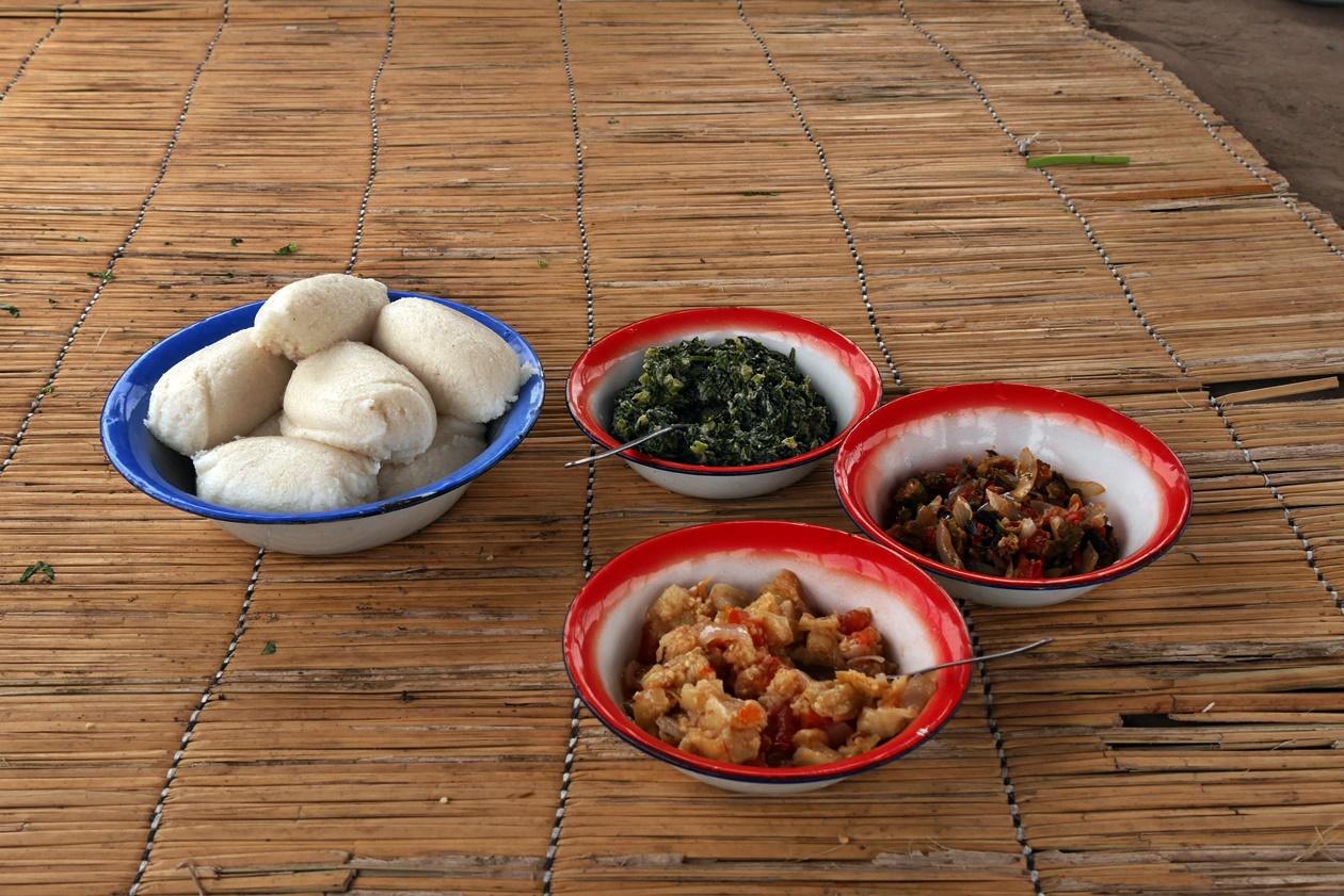 Nshima und Gemüse beim Village Lunch in der Nähe von Bovu Island