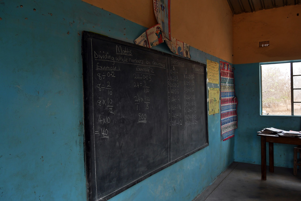Tafel im Schulgebäude nahe Bovu Island