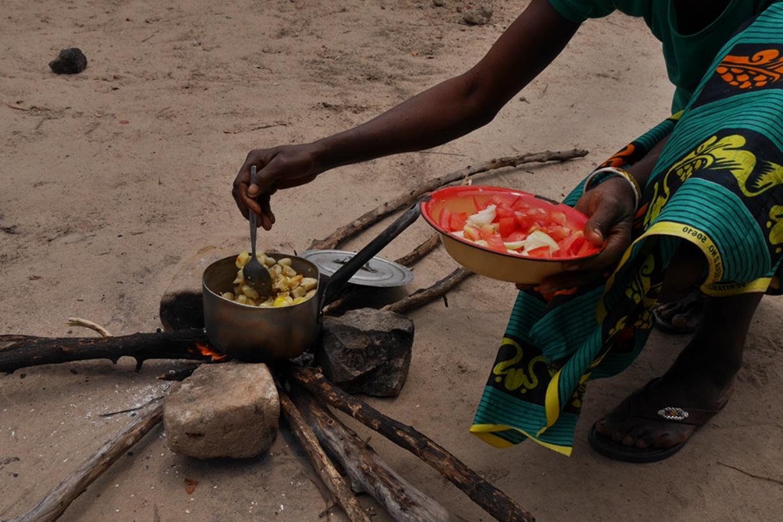 Kochen im Dorf bei Bovu Island