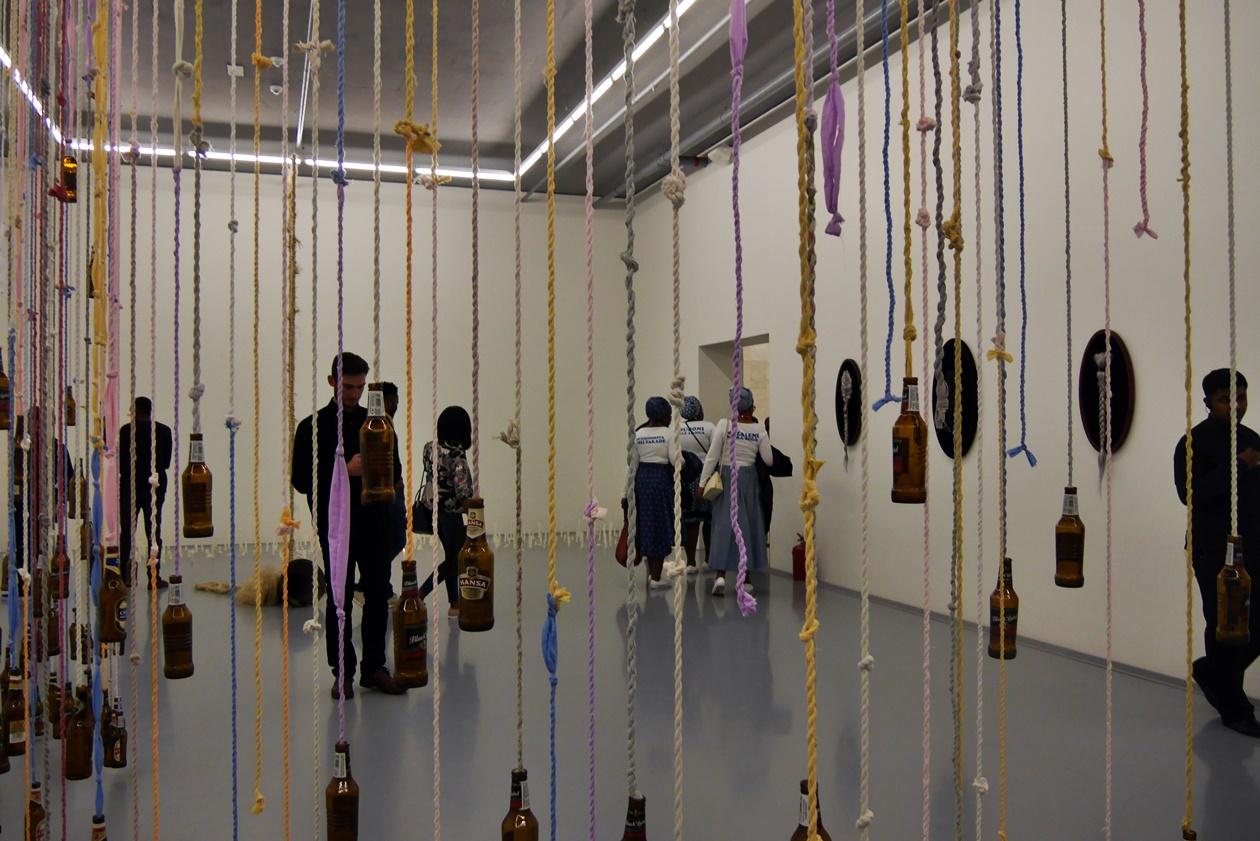 Installation aus Bierflaschen im Zeitz MOCAA Museum in Kapstadt