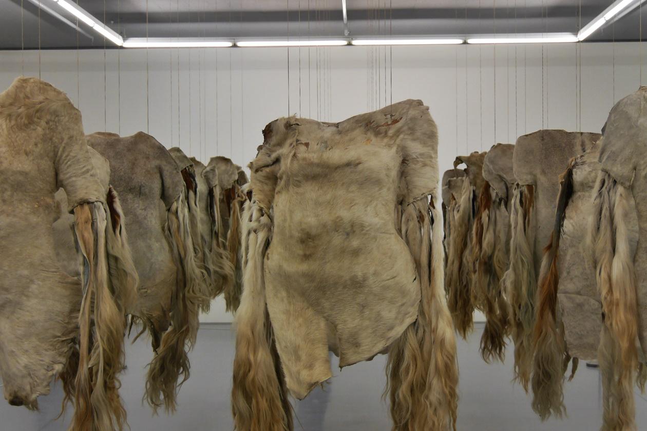 Tierfelle als Armee im Zeitz MOCAA Museum in Kapstadt