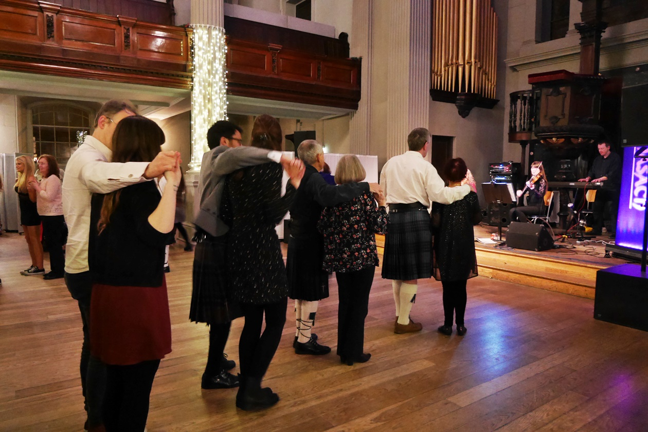 Tanzen bei einem Ceilidh in Glasgow