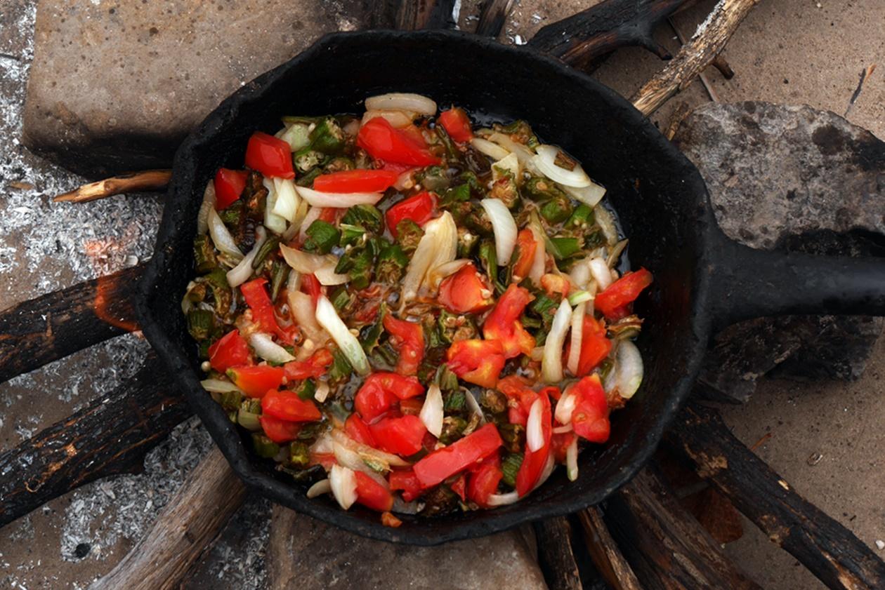 Kochen im Dorf vor Bovu Island am Sambesi in Sambia
