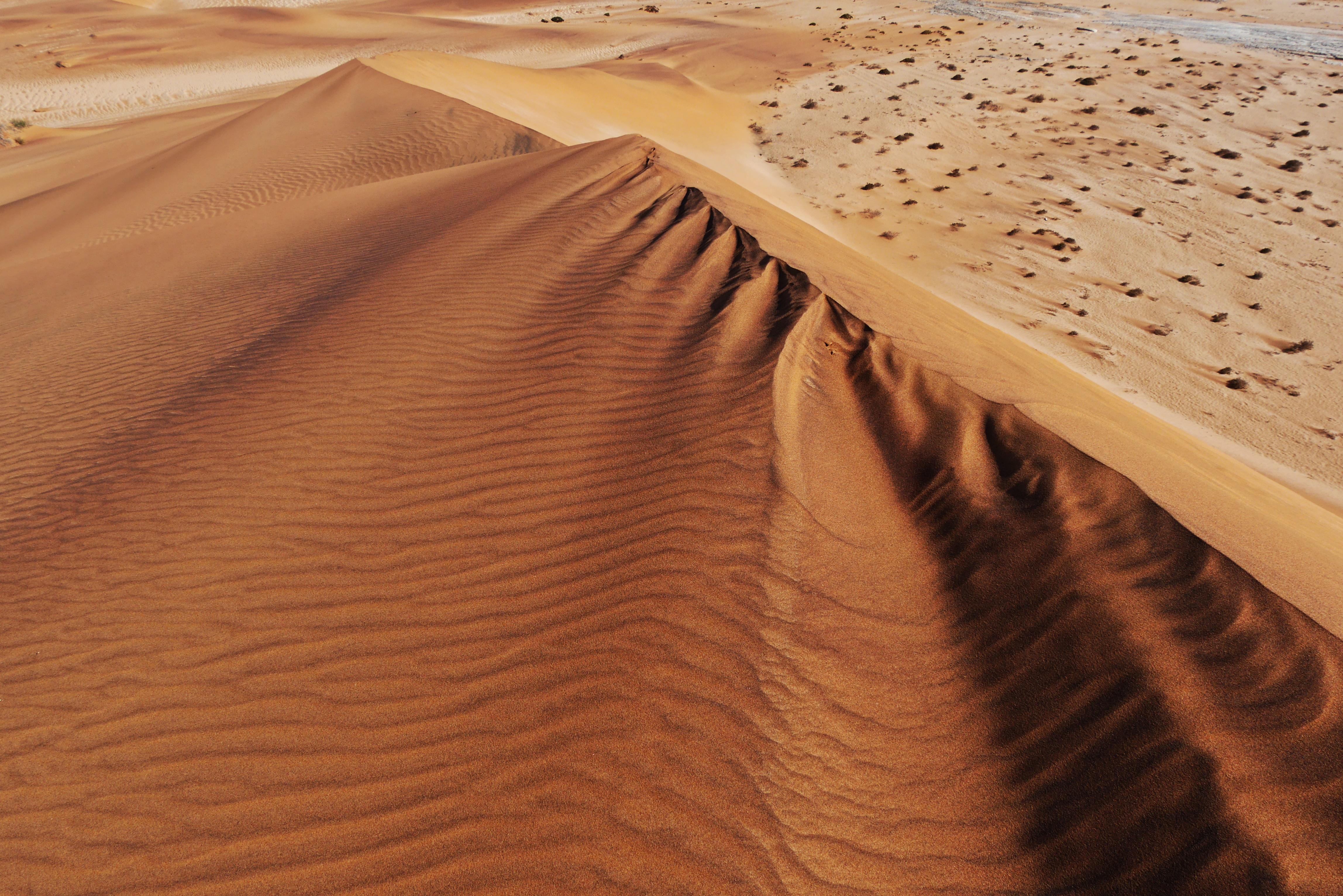 Blick hinab von einer der Dünen in der Namib Wüste bei Swakopmund in Namibia