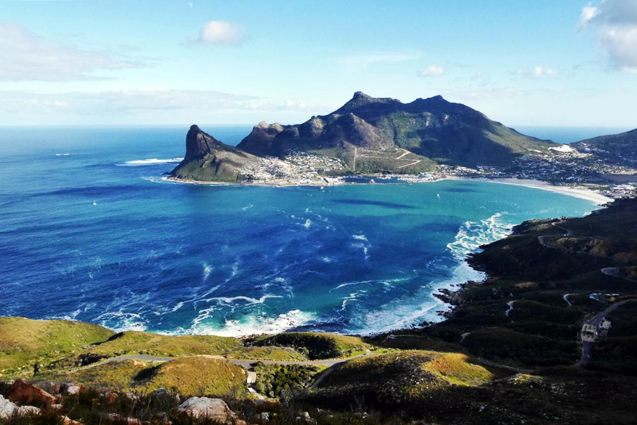 Aussicht vom Chapmans Peak Drive auf die Bucht von Hout Bay in Kapstadt, Südafrika