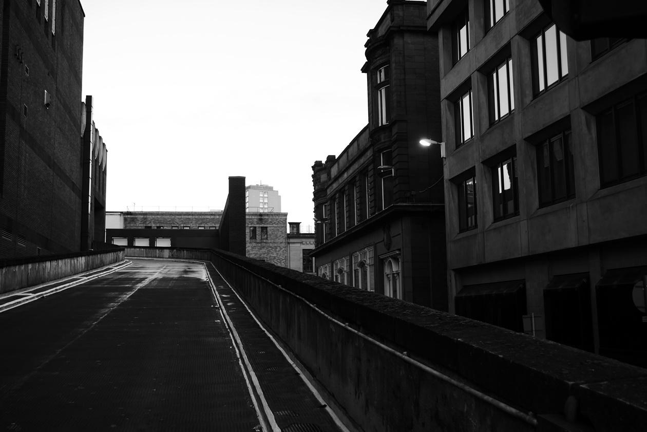 Schwarz-Weiß Bild einer Straßenszene in Glasgow