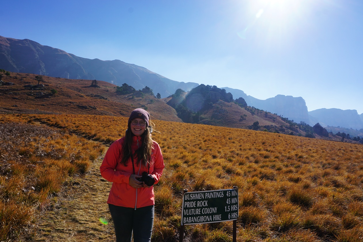 Lynn mit Kamera in der Hand in den Drakensbergen Südafrikas
