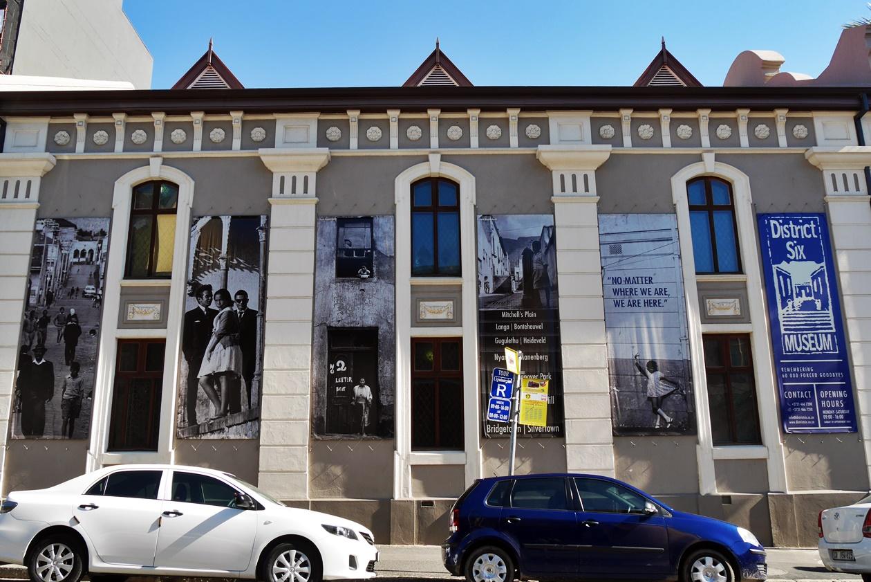 Außenfassade des District Six Museums an einem Wochenende in Kapstadt